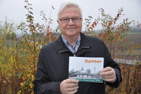 NY BOK: Egil Hissingby, leder i Råde Historielag, viser stolt frem en ny utgave av «Røtter».