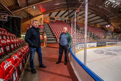 Roy Freddy Andersen i Stjernen Ung er ikke begeistret over at ungdommen blir holdt utenfor Stjernehallen i to uker. Her sammen med klubbens ildsjel, Jan Georg Lund.