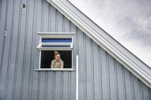 Gudeberg-elev Amalie Bergstrøm (15) ble smittet på skolen i slutten av oktober. Bildet er fra perioden hun satt i isolasjon. – Det var kjedelig å være så mye hjemme alene, sier hun nå.