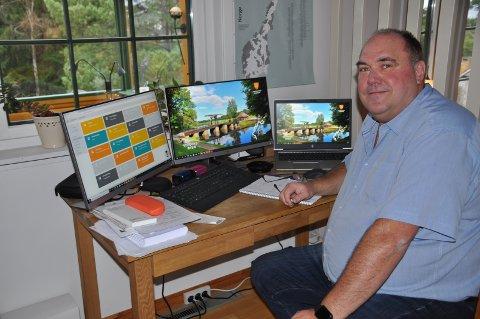 I STUA: Roar Lie har mye hjemmekontor denne tiden, og tre dataskjermer forteller om en god praktisk ordning.