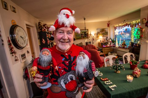 Jeg blir glad av å pynte med nisser og lys til jul, sier Rolf Stordahl.