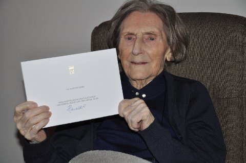 FRA SLOTTET: Martine Berg viser stolt frem hilsenen som kong Harald har sendt i posten.