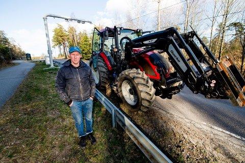 Gratis traktor: Sverre Hjørnerød har fått avgiftsunntak for traktorene sine, men må betale for varebilen hver gang han skal hente egg eller se etter hønene på den nordre gården.
