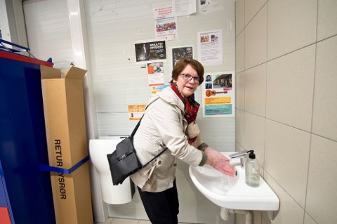 Riktig oppførsel: Bodil Bjørnstad gjør alt etter boka når hun benytter seg av vasken på Rema 1000 på Begby. God og ofte håndvask er alfa omega i disse tider.