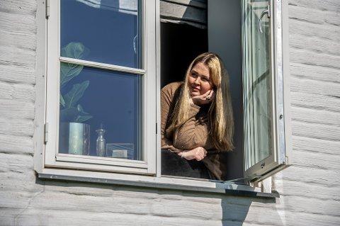 HENTER ENERGI: Maria Bjerke holder humøret oppe og gjør lystbetonte ting, som å kjenne sola i ansiktet i vinduskarmen. Hun blir provosert når folk mener  korona  «bare» rammer syke og eldre. – Sånne som meg, sier jeg da.