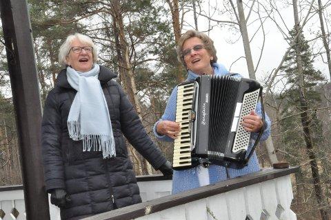Marith Olaussen (til venstre) og Irén Kinn er naboer i Råde, og var ikke vonde å be da spørsmålet om en sang på verandaen kom.