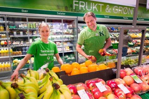 God avdeling: Tamara Huth er en av dem som holder orden på frukt- og grøntdisken på Kiwi Vestkilen. Kjøpmann Hans-Erik Andersen legger ikke skjul på den er en suksessfaktor for butikken som øker og øker år for år.