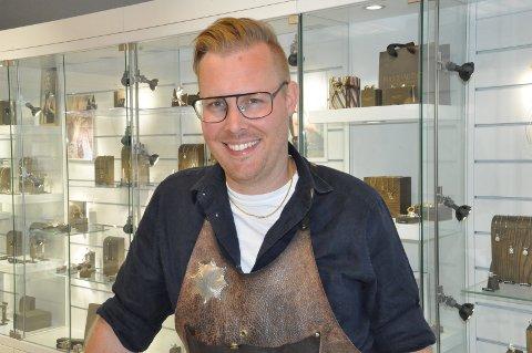 GODT SMIL: Remy Bugge er en hyggelig og utadvendt person som driver gullsmedforretningen på Gressvik.