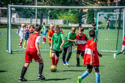 Får endelig starte: For barn og unge er det fotballkampene som er selve gulroten., Det er det også for de unge håpefulle som denne uken har deltatt på Lislebys fotballskole. Tirsdag fikk de endelig en gladnyhet i form av grønt lys for kamper fra 1. august.