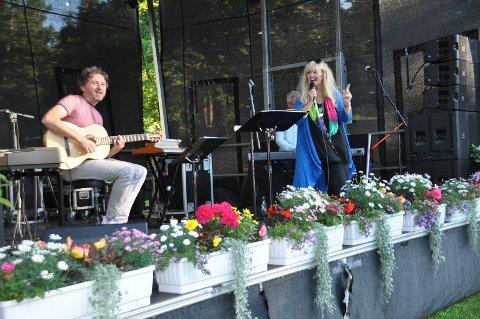 FARGERIK: Hanne Krogh var fargerik både i klesdrakt og innhold av sangene, der hun opptrådte under Solbukta-festivalen..