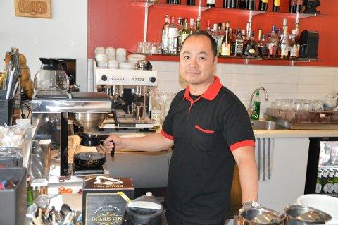 BEDRET RESULTAT: A Foo Tsan  er daglig leder og en av innehaverne av Chang Cheng. Omsetningen for restauranten har gått litt ned de siste årene, men fjoråret er han fornøyd med.