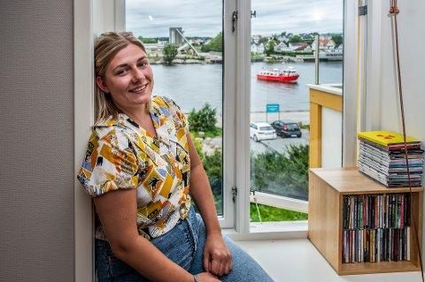 Hannah Berg (28) topper nominasjonslisten til Rødt Østfold før neste års stortingsvalg. Her er hun fotografert hjemme på Selbak.