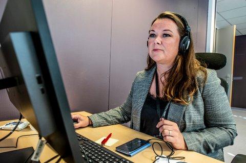 Lene Haugesten Nymo er en av flere kommuneansatte som er flyttet fra sin vanlige arbeidsplass for å bidra på koronasenteret. Der svarer de på telefonen, gir råd, booker testtimer og jobber med smittesporing.