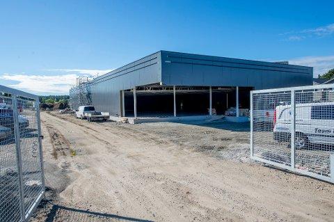 Det er full fart i byggingen av Kiwis nye dagligvarebutikk i Saltnes. Dersom ikke noe går galt, er planen å åpne 26. november.