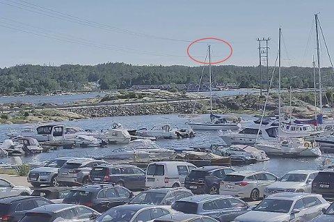 BERØRING: På dette bildet ser vi at masten på seilbåten berører høyspenningslinjen ved Stokken.