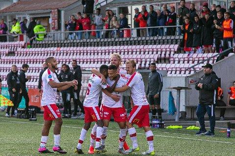 Alta-trener Vidar Johnsen (til høyre) fortviler etter at FFK ble nummeret for store. Etter kampen ba han hjemmelaget om å sprette champagne-korkene.