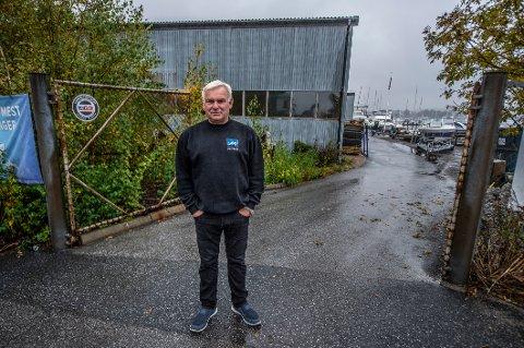 Ragnar Karlsen har tinglyst rett til å kjøre her fra kommunens tomt over eiendommen bak, og inn til sin egen bedrift. Bygger kommunen slik de har tenkt vil han ikke komme til med bilene, sier Karlsen.