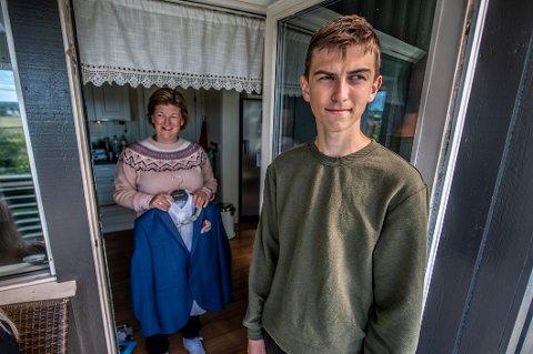Konfirmasjonsdressen må henge noen uker til. For andre gang må Jonathan og mamma Sandra avlyse konfirmasjonen på grunn av koronaen.