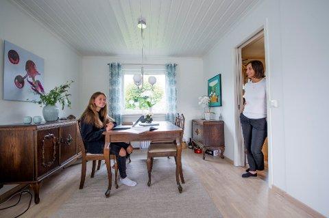 12 år gamle Oda Ragnhild Bekker Olsen og resten av 7. trinn på Kjølberg skole er bare noen av de mange elevene i Fredrikstad som nå er i karantene. Til høyre mamma og kommunaldirektør for oppvekst og utdanning, Marianne Bekker.
