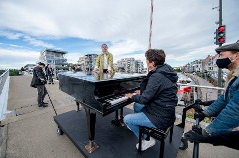 Sanne Kvitnes, Bjørn Halstensen og Dennis Storhøi spiller og synger i Fredrikstad sentrum klokken 13.00 i dag. Her fra lydprøvene tirsdag formiddag. Størhøi er med i mannskapet som drar flygelet til Halstensen.
