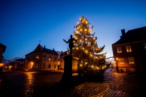 Det er fortsatt julestemning i Gamlebyen. Selv om julelysene vil slukkes, kommer julepynten til å stå fremme til innspillingen av NRKs julekalender er ferdig. Bildet er fra desember i fjor.