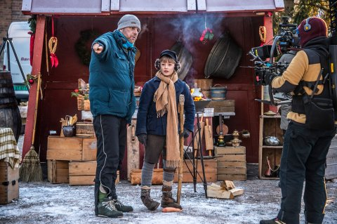 Lukas Langmyr Mabin sammen med regissør Atle Knudsen under innspillingen av NRKs julekalender «Kristiania Magiske Tivoli Theater». Produsent Hege Hauff Hvattum er full av lovord om Lukas og de andre, uerfarne barneskuespillerne.