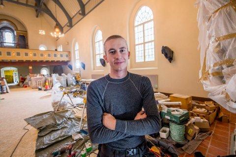 Markus Røthe Bøen har alltid hatt lyst til å bli tømrer. Nå er han lærling hos Byggmester Egil Norli, og til våren skal han ta svenneprøven i tømrerfaget. Greåker videregående skole ønsker at flere ungdom skal søke seg til denne retningen.