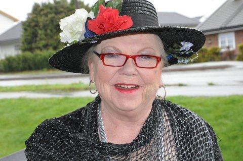 FARGEGLAD: Alvhild Anette Larsen var glad i hatter og var kjent for arrangementet «Hattens dag» på Hvaler.
