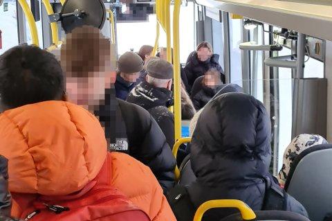 FB har skrevet flere saker om overfylte busser i koronatiden. Frp ønsker nå påbud om munnbind.