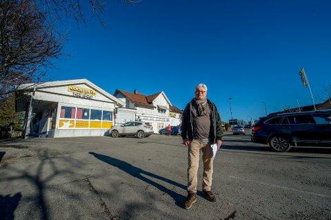 Dag Aspelund eier bygningen som huser Coop Prix, og to naboeiendommer, og vil bygge et større bolig- og forretningsbygg på tomten.