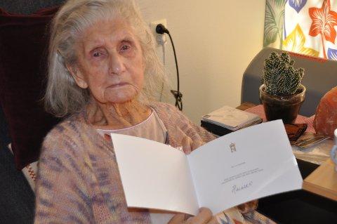 GRATULASJON: Liv Rasten har mottatt hilsen fra kong Harald til 100 årsdagen. Men hvorfor har ikke dronningen underskrevet, spør hun.