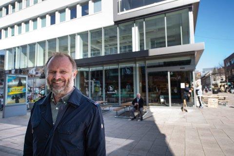 Daglig leder Marius Ferstad teller ned til innflytting i andre etasje på en av byens beste hjørner. 29 ansatte får mer plass å boltre seg på, og trolig en vinbar med på kjøpet.
