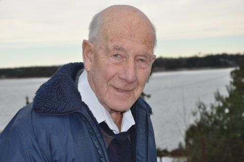 RÅDE: Åge Reiner Hansen bodde nydelig til i Saltnes, like ved vannet. Bildet er tatt i anledning 90-årsdagen.