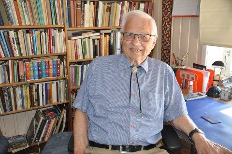 BØKER: Magne Grønlien på sitt kontor. Fortsatt er han glad i å lese.