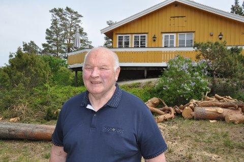 HYTTE: - Her på Skjæløy er drømmestedet vårt, som vi overtok fra mine svigerforeldre i 1980, forteller Teddy Madsen.