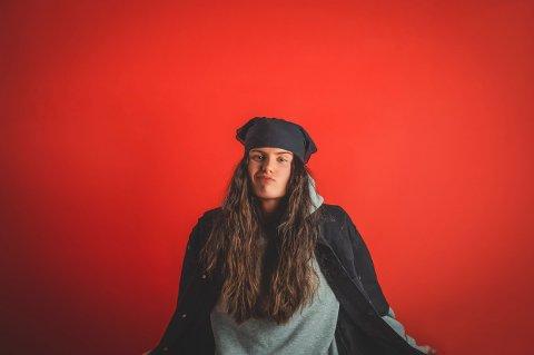 Ash Olsen (21) slipper i dag, fredag 24. september, låten  «VIBE KILLER».