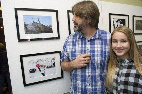 Pappa Morten Støldal studerer datteren sitt bilde. Jenny Andersen Støldal liker å tegne og male, og innrømmer gjerne at hun er inspirert av sin kunstneriske pappa. Alle foto: Jan Erik Teigen