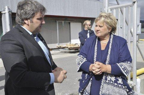 Jonny Finstad sier at han ikke burde gitt råd til departementet om Tysfjord-grense med så lite kunnskap om temaet. Her i samtale med statsminister Erna Solberg.