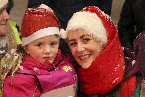 Fornøyd: Linda Westby Bjørkås med datteren June (5) var veldig godt fornøyd med julegrantenningen i Narvik sentrum søndag.