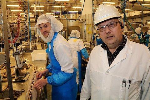 BARE DAGER IGJEN: Espen Gjørv (t.v.) har bare en halv måned igjen før han må forlate jobben ved pølseproduksjonen i Nortura. Til venstre ser vi hovedtillitsvalgt Geir Johan Bjørklund.