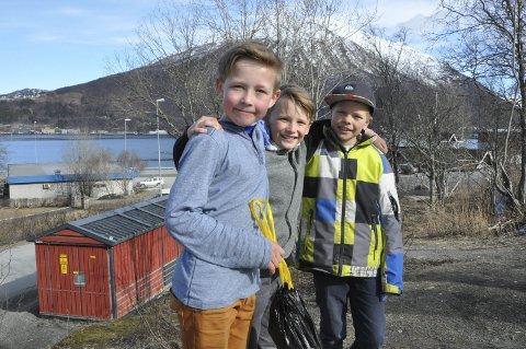 FERDIG JOBBA: Adrian Mølderup (fra v.), Julian Håvardsen og Håvard Vanem smiler fornøyde etter å ha ryddet lia bak seg for søppel. Alle Foto: Else Marie Nordman
