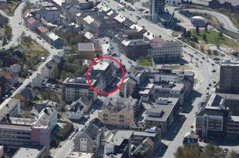 STILLER SEG BAK VEDTAKET: Fylkesmannen i Nordland stiller seg bak Narvik kommunes vedtak om reguleringsplan for Dronningens gate 56-60 (innringet).
