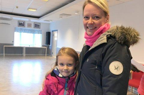 Evine (6) og Therese Dalmo var to av bøssebærerne som meldet seg på Ankenes søndag. - Vi går fordi pengene går til en god sak, sier de.