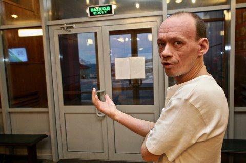 SORG: Læreren Aleksej, som ikke vil ha etternavnet sitt på trykk, sier hele byen sørger med familiene til åtte som omkom i helikopterulykken torsdag. Foto: Øystein Solvang
