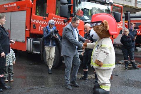 Bjørnis er også et tiltak Ofoten Brann har rettet mot barn og brannvern. Han flyttet inn på stasjonen i Narvik i sommer. Her møter han ordfører Rune Edvardsen.