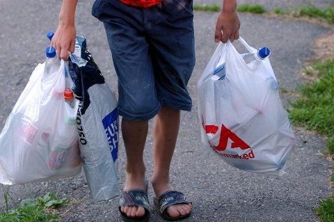 Er det mulig for dagligvarekjedene å bli enige om en langt høyere pant for plastposer, eller å gå over til mer naturvennligere sluttemballasje, eksempelvis papirposer i et spleiselag med kundene?Det lurer Terje N. Dahl på.