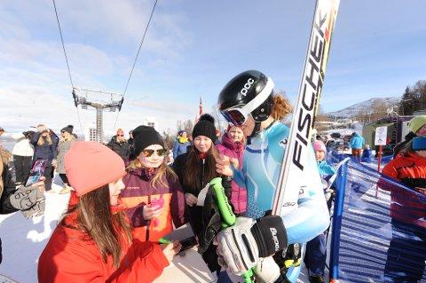 Marte Monsen, kjempetalent i alpint, tok seg god tid til å skrive autografer i målområdet etter sin utfor.
