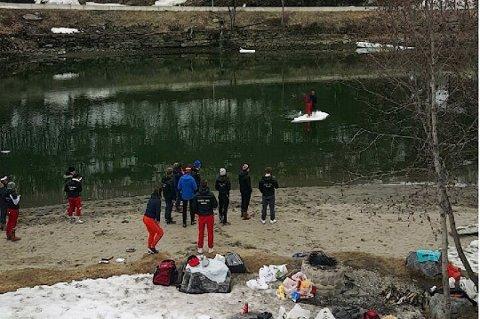 Her er to russ midt ute på elva på et uisflak. Foto: Nordlys-tipser