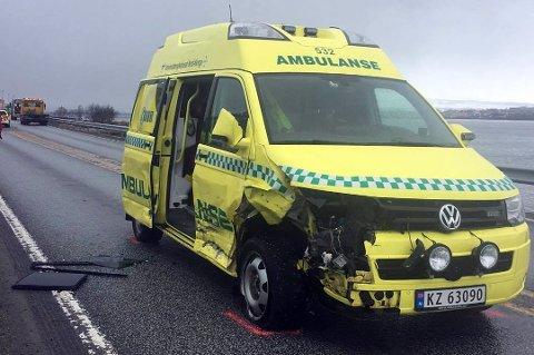 KRAFTIG SMELL: Ambulanse var under utrykning da den kolliderte med en personbil på E8 i Tromsdalen. Det er store materielle skader på kjøretøyene. Foto: Stian Saur
