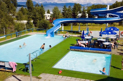 POPULÆRT: Bassenget til Ballangen camping er sjeldent i Nord-Norge, og har blitt velbesøkt i sommervarmen. Arkivfoto.